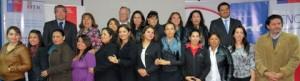 El grupo completo de mujeres certificadas junto a las autoridades